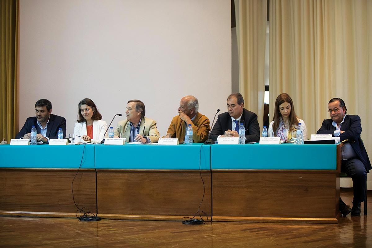 Painel de debate com representantes da produção, indústria e distribuição